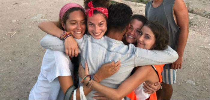 Diciendo adiós a un refugiado que se va a Atenas