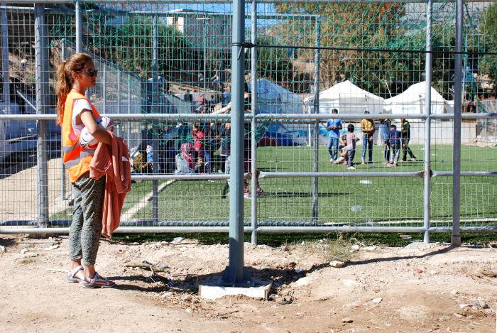 Voluntario para refugiados en el campamento